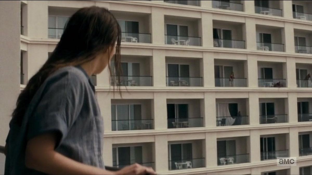 Alicia-observa-desde-el-balcon